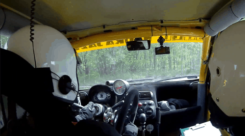 Rallyeauto verliert Lenkrad