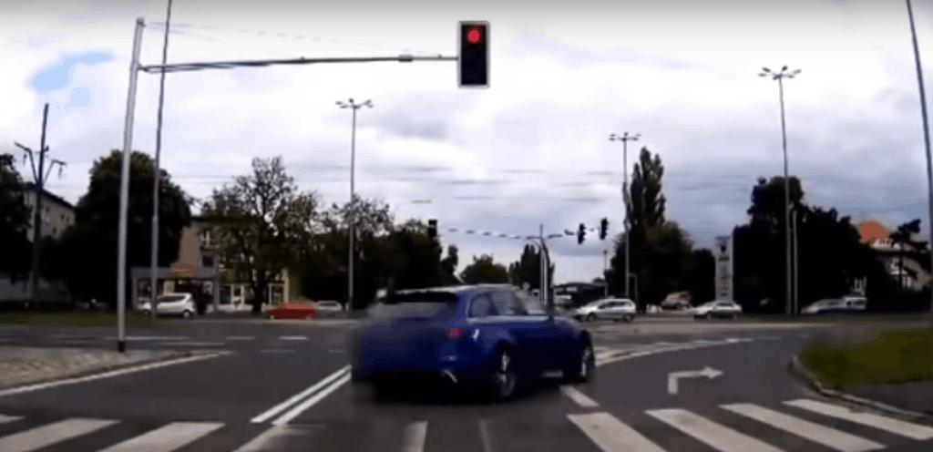 Video: Audi RS6 kracht in Straßenbahn