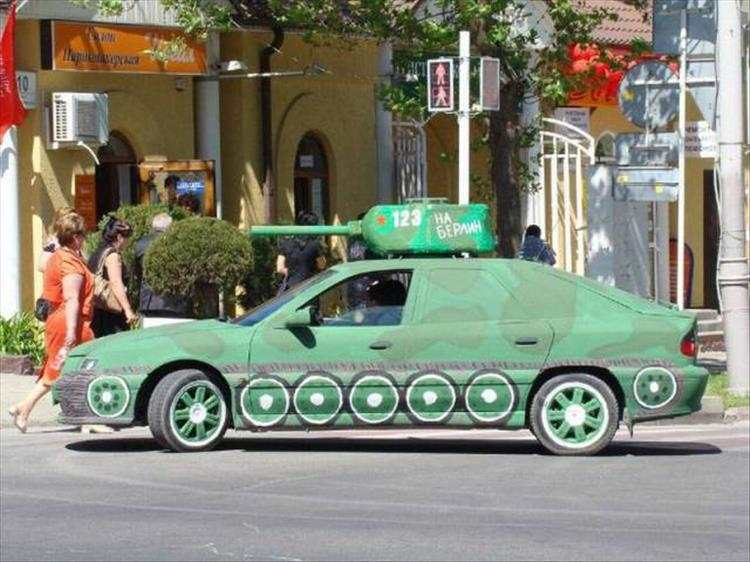 Auto das aussieht wie ein Panzer (Tank Car)
