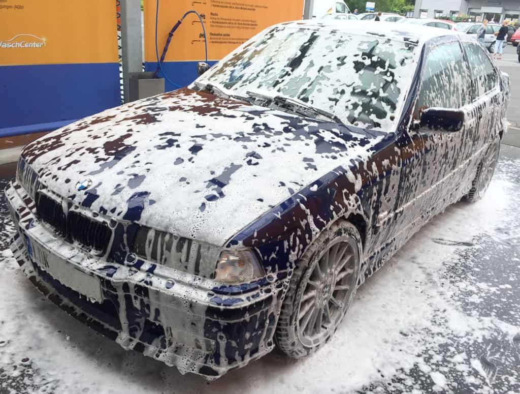 SB-Waschanlage - BMW mit Schaumteppich