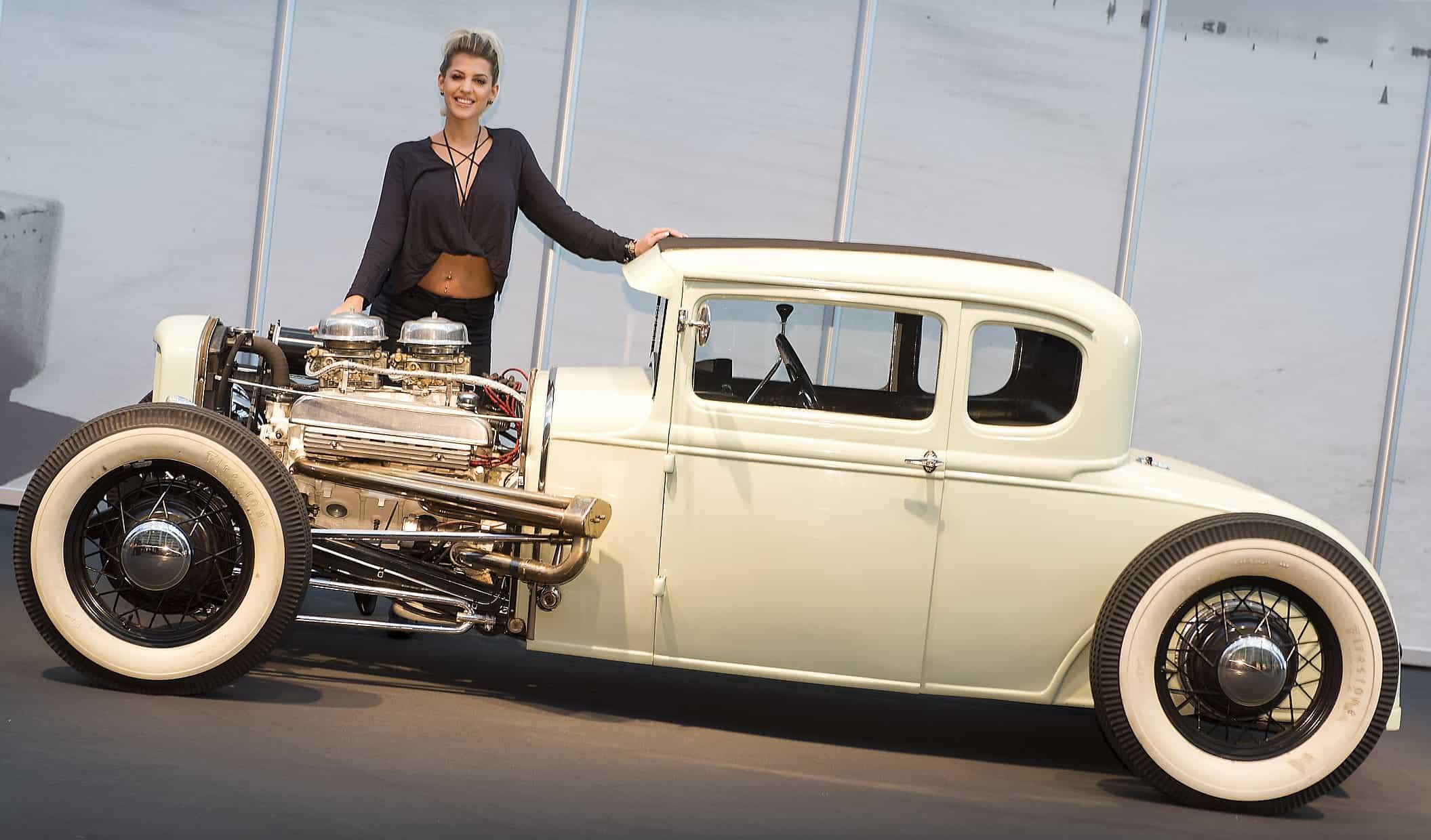 Hot Rod Ford A-Modell aus dem Jahr 1931 mit Playmate Sarah Nowak