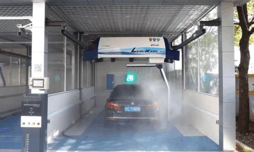 [Video] Autopflege: Berührungslose Autowaschanlage