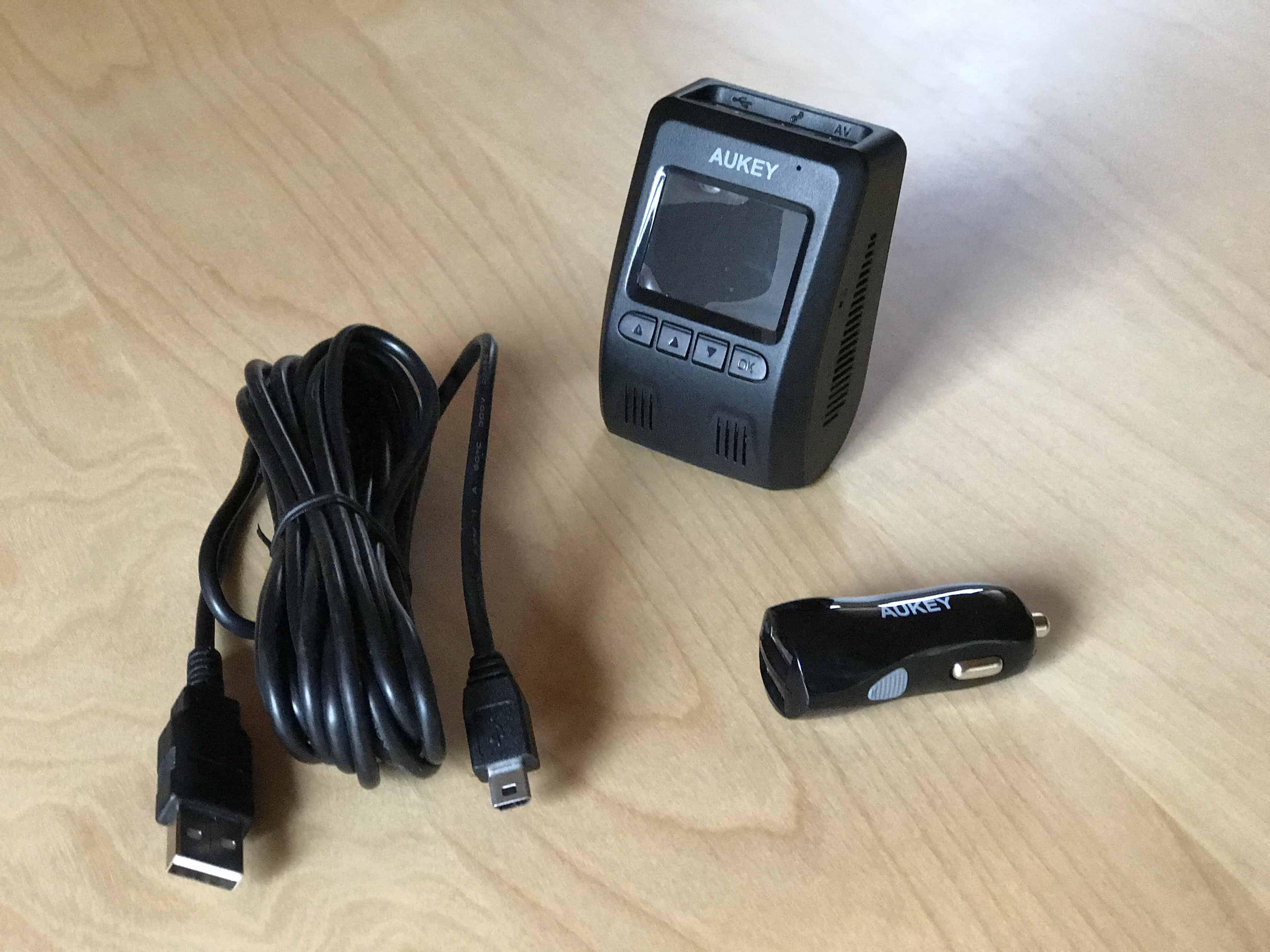 Aukey DR02 Dashcam mit 12V-Adapter und Mini-USB Kabel