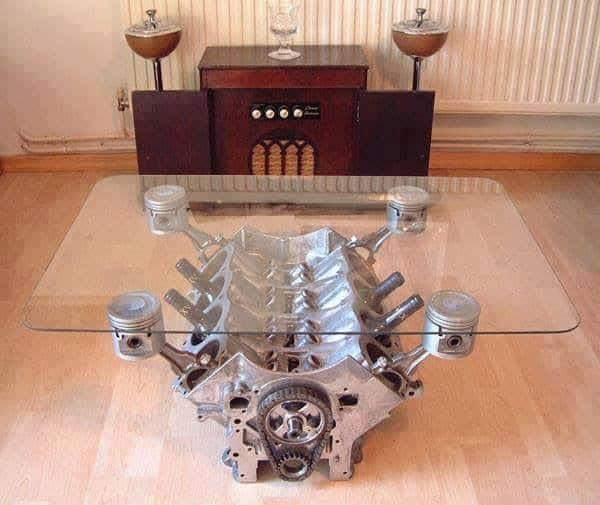 V8-Motor - Glastisch