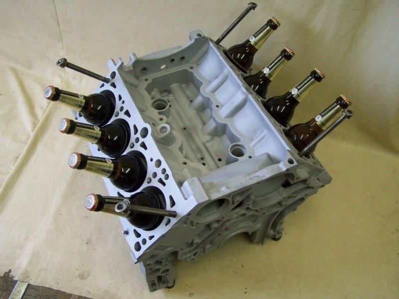 V8-Motor - Flaschenhalter