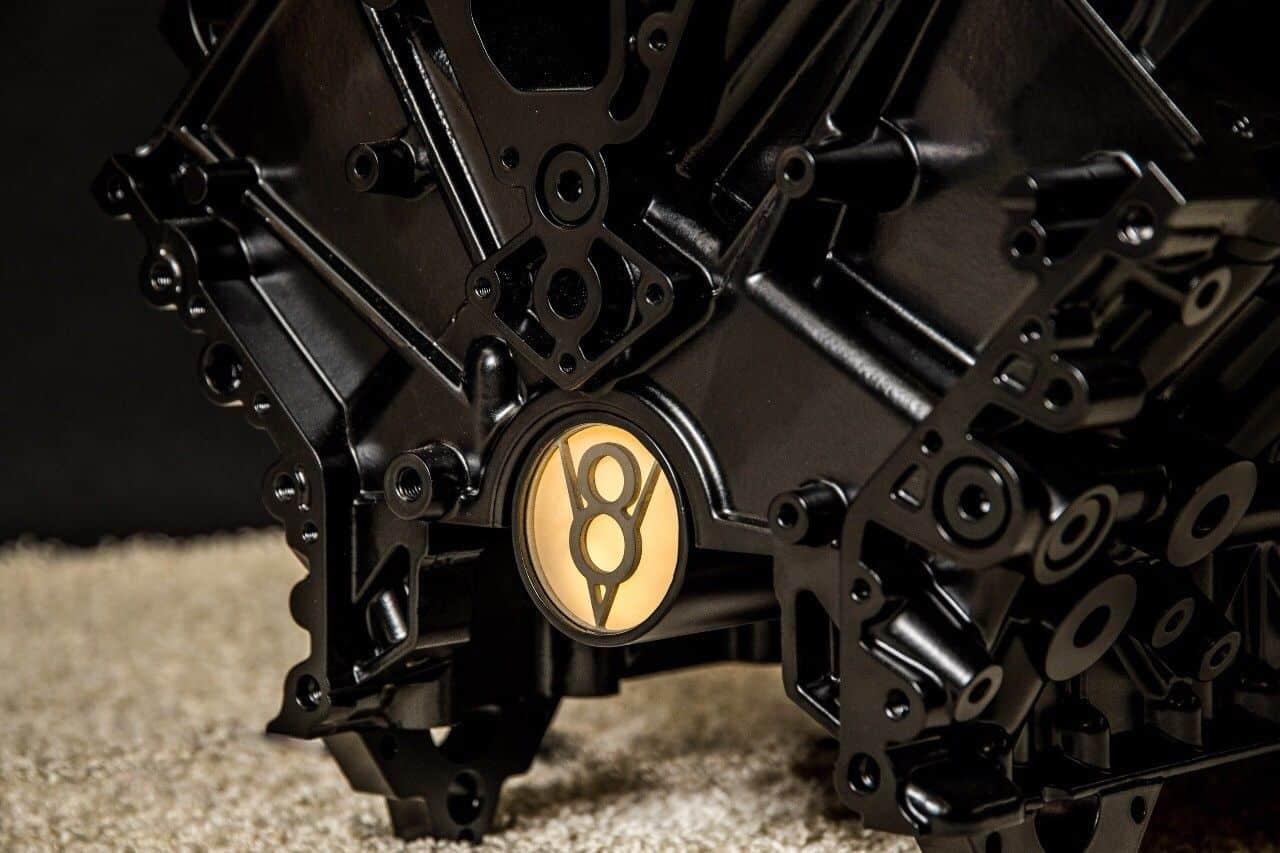 Schwarzer V8-Motor - Glastisch