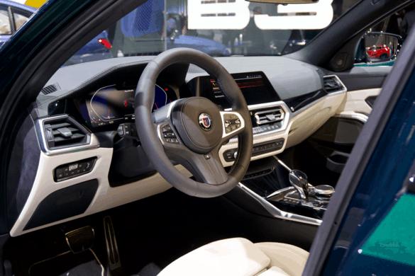 Fahrersitz mit Lenkrad, digitalem Tacho, Bordcomputer und Mittelkonsole