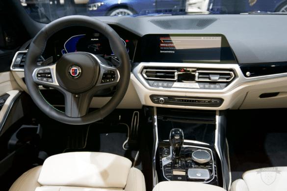 Fahrer-Cockpit mit Lenkrad und Mittelkonsole