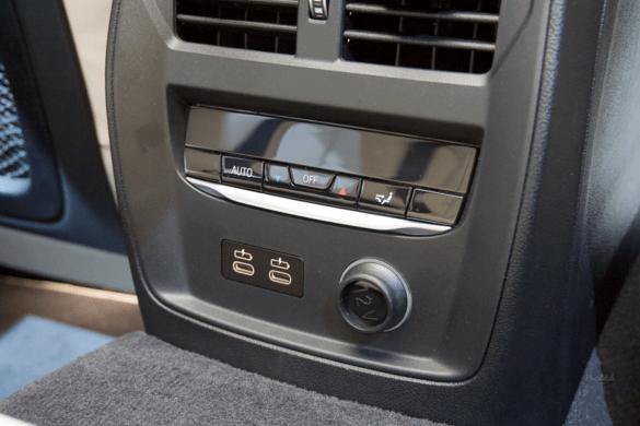 Fond-Bedienelemente mit  Lüftung, Sitzheizung und USB-C Anschlüssen