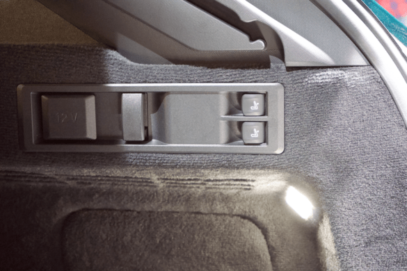 12v-Steckdose und Entriegelung für die Rücksitzbank