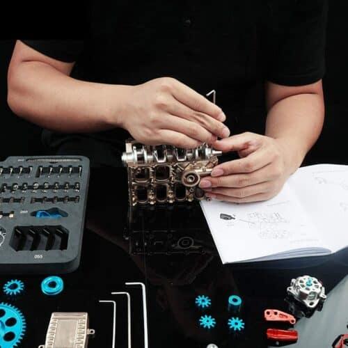 DIY Bausatz - 4 Zylinder Schreibtischmotor erhältlich auf Amazon in Deutschland