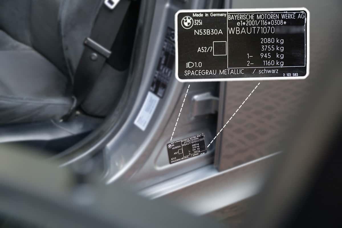 Typenschild mit Fahrgestellnummer in der B-Säule vom BMW 3er Touring E91