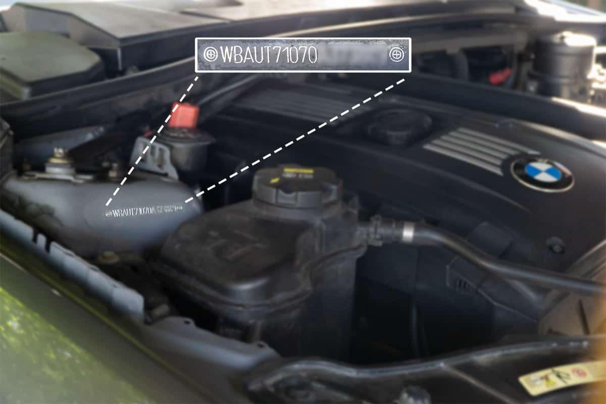 Typenschild mit Fahrgestellnummer im Motorraum eingestanzt im rechten Dom vom BMW 3er Touring E91